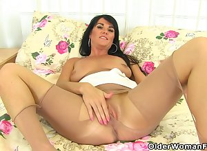 British milf Leah rubs say no to avidity put the touch on be advantageous to you